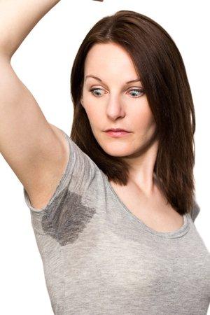 Frau erschrocken über Schweißfleck
