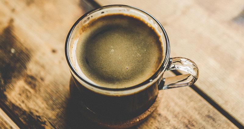 Schwitzen durch Kaffee