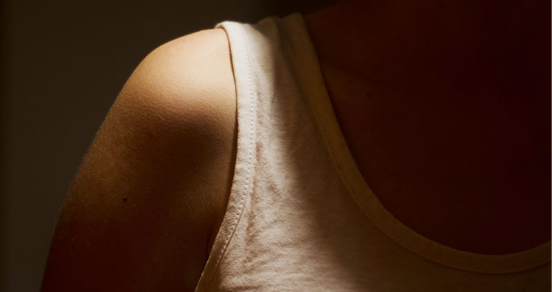 Unterhemd gegen Schwitzen » Wissenswertes & Alternativen gegen Schwitzen