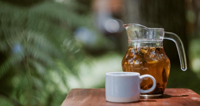 Tee gegen Schwitzen » Wirkung, Wissenswertes & Tipps