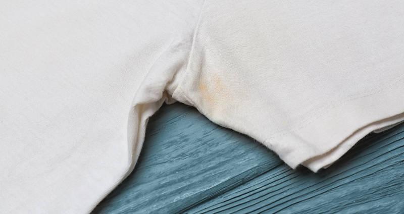 Deoflecken aus der Kleidung entfernen
